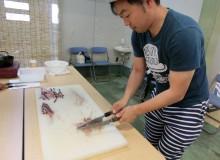 トビウオのタタキとつみれを作る参加者
